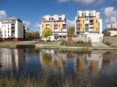 Moderna byggnader återspeglas i floden — Stockfoto