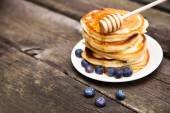 Delicious pancakes with blueberry and honey — Stock Photo