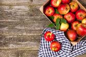 Verse rode appels in een houten krat — Stockfoto