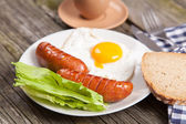 Breakfast plate with sausages and eggs — Stockfoto