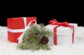 Vánoční dárkové krabičky ve sněhu — Stock fotografie