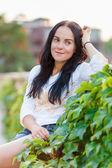 Jonge mooie vrouw buitenshuis — Stockfoto