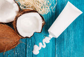 Coconut and body care cosmetics — Stock Photo