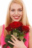 Junge schöne Frau mit einem Blumenstrauß Rosen — Stockfoto