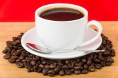 Coffee roasted bean and cup on wooden table — Foto de Stock