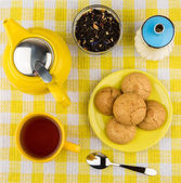 Kettle and cup of hot tea, sugar and biscuits — Stockfoto