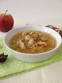 Apple soup with cinnamon, star anise and crumb topping — 图库照片