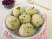 Kartoffelknödel mit Rotkohl — Stockfoto