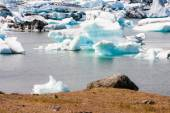 Icebergs floating in the glacial lagoon — Stock Photo