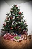 Árbol de Navidad y regalos — Foto de Stock