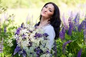Woman with a bouquet of flowers — Stock Photo