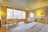 интерьер современной спальни с роскошным украшением — Стоковое фото