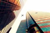 небоскреб с силуэт самолета — Стоковое фото
