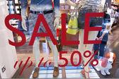 Sprzedam znak o n w oknie moda sklep — Zdjęcie stockowe