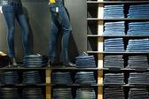 Visualización de los pantalones vaqueros en la tienda de moda — Foto de Stock