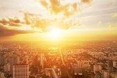Gün batımında kentsel cityscape bakış kuşu — Stok fotoğraf