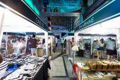 Bangkok,thailand-October 2,2014: tourist go shopping at flea mar — Stock Photo