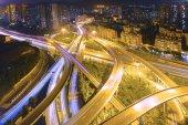 Panoráma města a pravidla milostného provozu stezka v noci — Stock fotografie