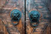 Tradtional chinese door with knocker — Stock Photo