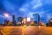 近代的な都市通りで光の道 — ストック写真