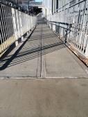 тени на бетонные дорожки на вокзале — Стоковое фото