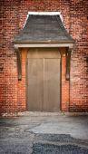Puerta marrón sobre el edificio de ladrillo — Foto de Stock