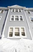голубой дом три истории в зимний период — Стоковое фото