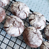 Black and white crinkle cookies — Stock Photo