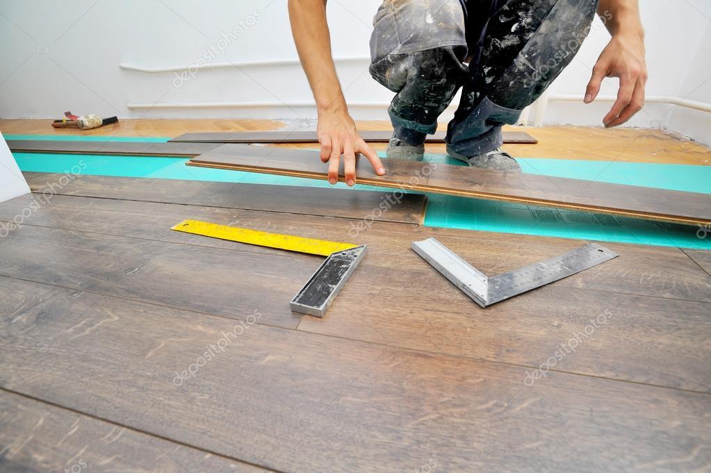 라미네이트 바닥 작업을 하 고 목수 — 스톡 사진 © pajche #119641660