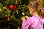 クリスマス グッズのくす玉を保持している愛らしい幼児の女の子 — ストック写真