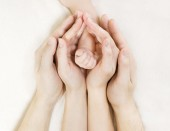 Familiy hands and newborn baby, Parents holding new born chils hand — Stockfoto
