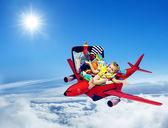 Viagens de avião, criança de bebê feito a mala, criança avião bagagem — Fotografia Stock