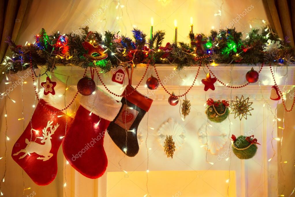 Weihnachten kamin, familie hängende socken, xmas baum lichter ...
