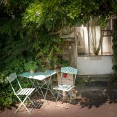 Table dans le jardin — Photo