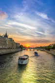 Boats in the seine — Stock Photo