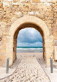 Archway leading to beach — Stock Photo