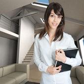 Kvinna i heminredning — Stockfoto