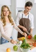 Couple preparing a healthy meal — Stock Photo