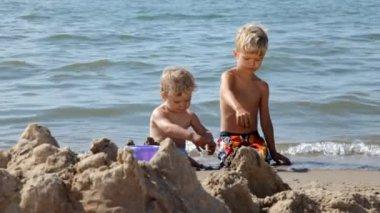 Dzieci gry w piasku na plaży. — Wideo stockowe