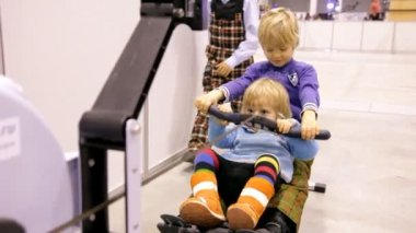 Children have fun on the sports simulator — Stock Video