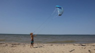 Boy practice kitesurf — Stock Video