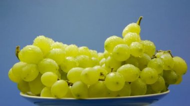 White grapes on a plate — Stock Video