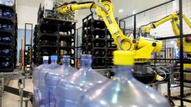 Water bottle conveyor industry, company for the production of pure bottled water — Stock Video