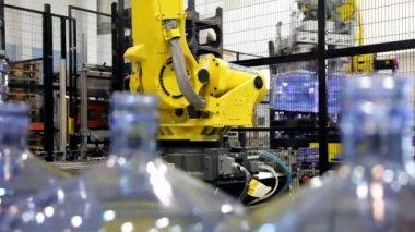 Robótica en línea de producción de agua embotellada — Vídeo de Stock