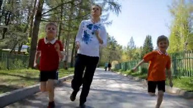 Mother with kids running outdoor — Stock Video