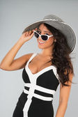 Attractive young woman with straw hat and sunglasses — Stockfoto