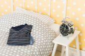 Dormitorio con pijama para hombre — Foto de Stock