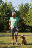 Man with dog outdoor — Stockfoto