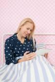 Žena s tabletem — Stock fotografie