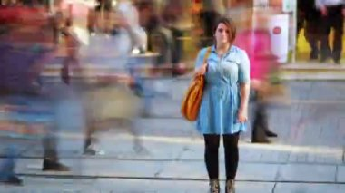 Girl in front of shopping mall, timelapse — Stock Video